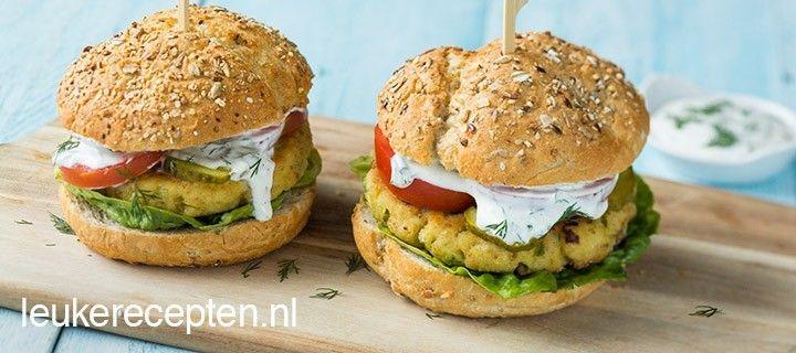Krokante burger van witvis met een smeuige binnenzijde op een broodje met groente en dillesaus