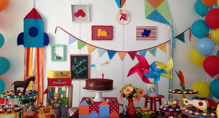 Pião, catavento, pipa e brinquedos de antigamente em um tema de festa infantil muito legal para meninos. Peça o orçamento para uma decoração personalizada.