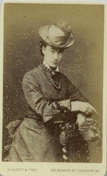 Cdv di Camille realizzato in uno studio fotografico londinese attorno al 1888... fronte... dalla mia collezione personale di foto d'epoca.