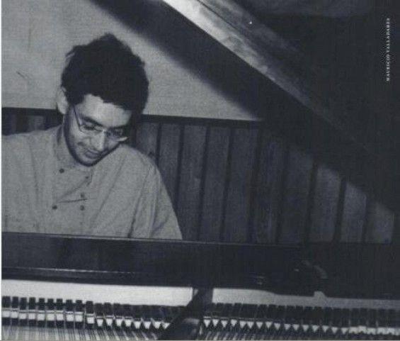 Renato tocando piano... ^o^ TuT <3                                                             que saudade <3