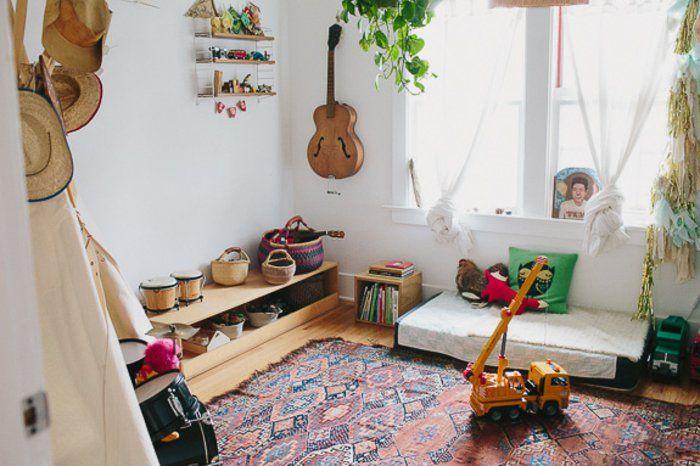 idée-déco-chambre-bébé-montessori-lit-bébé-montessori-sur-le-sol-tapis-oriental-instruments-de-musique-guitare-tambours-jouets-meuble-de-rangement-bas-en-bois-deco-chambre-styke-bohème
