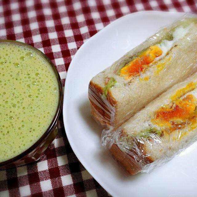 サンドイッチ (チーズ、ハム、レタス、卵) グリーンスムージー (ほうれん草、ネーブル、キウイ、豆乳)  今日はいちご狩りに行ってきます! - 21件のもぐもぐ - 4/5朝食 by Runa