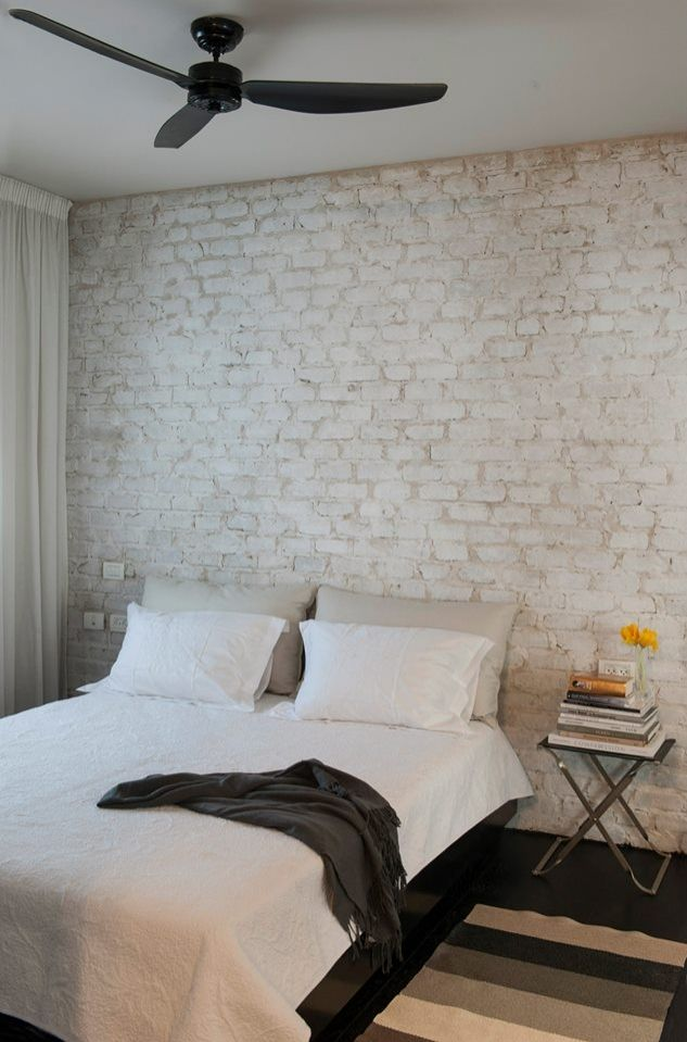 #brick #brickwall #bedroom #bedroom לבנים מדגם Black Chocolate וחיפוי קיר בר פינת אוכל בבטון אדריכלי מדגם Compass בתל ברוך צפון.