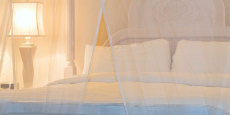 Er zijn weinig dingen zo irritant als wanneer je net in bed ligt, bijna in slaap valt en ineens een mug hoort. En blijven liggen is geen optie, je moet je bed uit om dat beestje te verjagen... Maak de kans op muggengezoem en -gesteek zo klein mogelijk: vijf tips voor een mugvrije kamer. Waar…