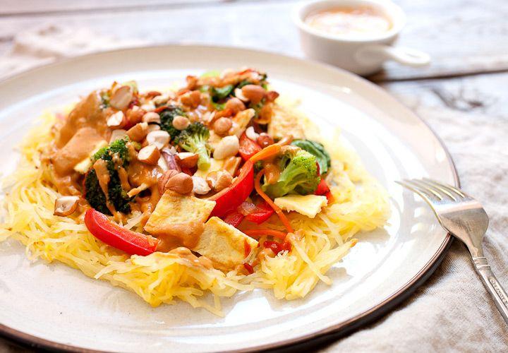 Thai Spaghetti-Kürbis mit Erdnuss-Sauce: Das gebratene Spaghettikürbis mit einem vegetarischen wokken Topper, Eiern und einer würzigen hausgemachter Erdnusssoße Amping.  Leicht zu machen und perfekt für den Herbst!  |  macheesmo.com