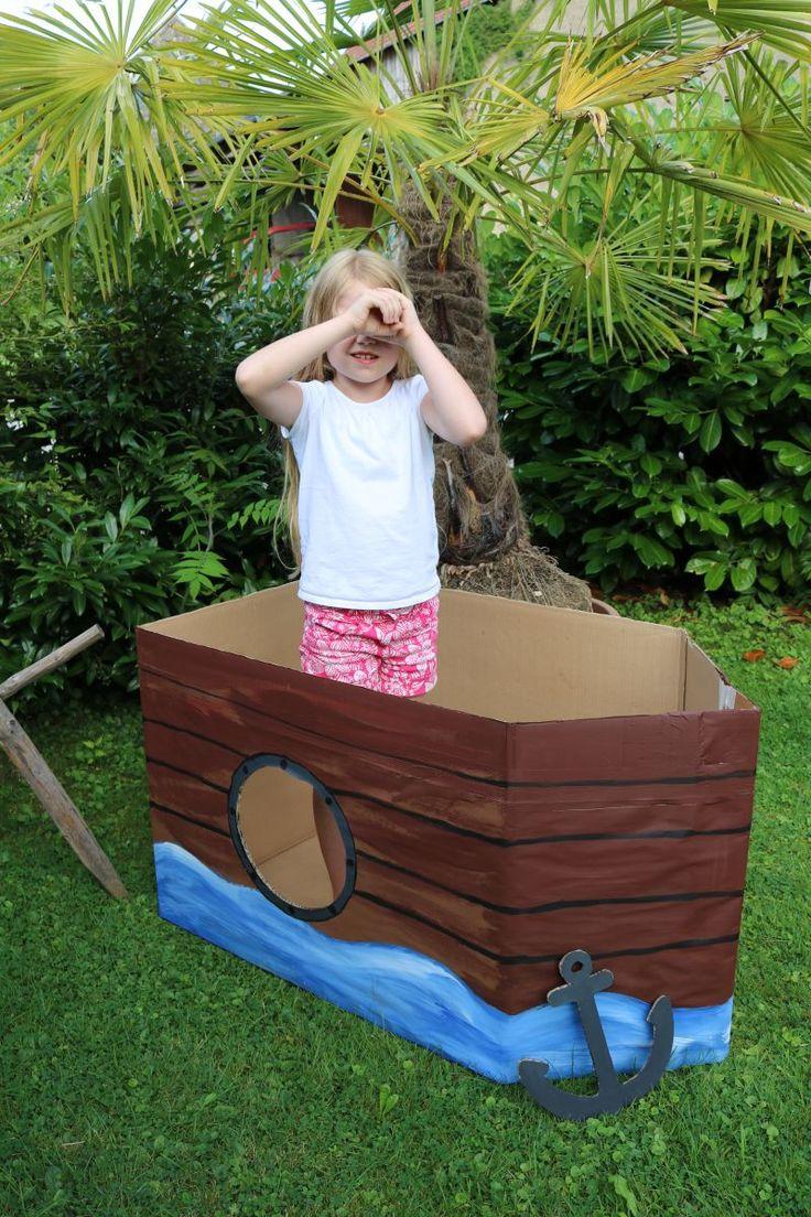 Für die Kulisse, für Piratenfotos oder ...  wofür auch immer ;-) haben wir  aus einem großen Karton  noch ein Piratenschiff gebaut.      ...