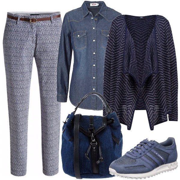 Comoda e modaiola con i pantaloni fantasia, la camicia in denim e sopra il cardigan sciallato a piccole righe, le scarpe sportive blu e il secchiello di jeans.