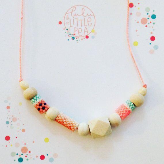 Rosa Schnur Halskette, Holzperlen und Pearl machte Perlen Miyuki Delica Methode Peyote Perlen weben  beigefügten Karabiner und Pink dünne Schnur und Messen 45 cm   Diese Halskette ist vollständig gezeichnet (exklusives Modell) und von meiner Obhut (handgewebte Peyote-Methode) durchgeführt  Sie bringen Ihr Outfit ein marine Ambiente! Es ist ein ideales Geschenk für alle Wünsche der Farben in ihren mehr oder weniger Kleid Outfits...  Farbe *. Neon coraol Koralle Aqua Weiß  Ein Verlangen nach…