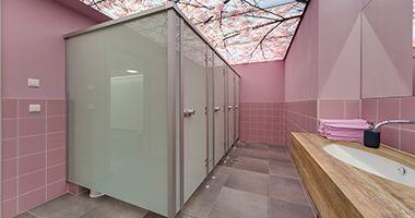 WC-Trennwände aus Glas ist eine hochwertige und stabile Lösung und besonders für Mitarbeiter WC geeignet.