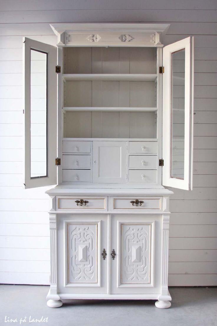 Vitrinskåp med speciella lådor och utrymmen Lite bling livar upp det vita Vackert vitt... Och en stilig överrask...