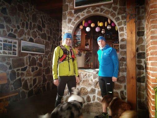Trening z Arturem Kurkiem z Antoniowa na Wysoki Kamień w Górach Izerskich należy zaliczyć do udanych. Przyjemna 29-kilometrowa trasa, którą razem z nami przebiegły dwa sympatyczne psy pasterskie (te to mają kondycję).  Biegliśmy w większości szutrowymi drogami. Od Rozdroża Izerskiego szlak piął się do góry coraz węższymi ścieżkami, które na końcowych kilometrach pokryte były topniejącym lodem. W schronisku posililiśmy się przy ciepłym kaflowym piecu. W drodze powrotnej spotkaliśmy myśliwych…