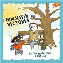 Prinsessan Victoria (EJ LÄST) En dag finns hon bara där. Hon sitter på bänken utanför vårt hus.  Hej, säger jag.  Hej du lilla, säger hon.  Vad heter du? frågar jag.  Victoria, säger hon.  Som prinsessan, säger jag.  En bok som skildrar värme och vänskap och den samtid vi känner igen.