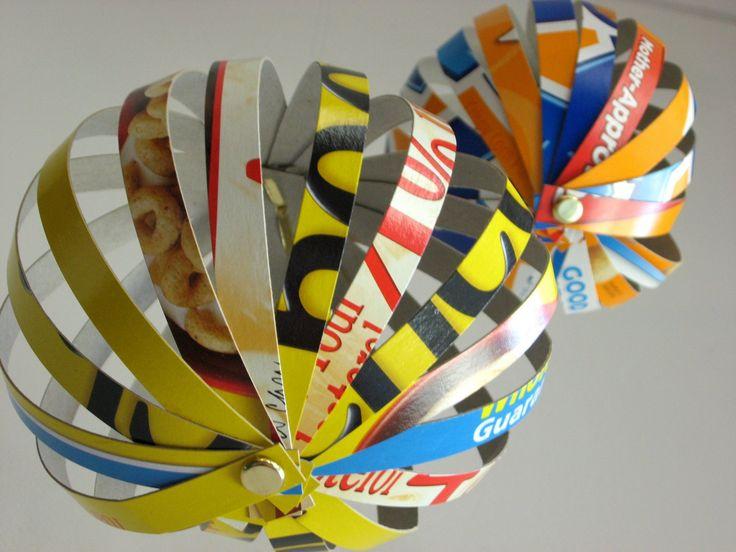 Des globes décoratifs à partir de boites de céréales. Découpage et poinçon.