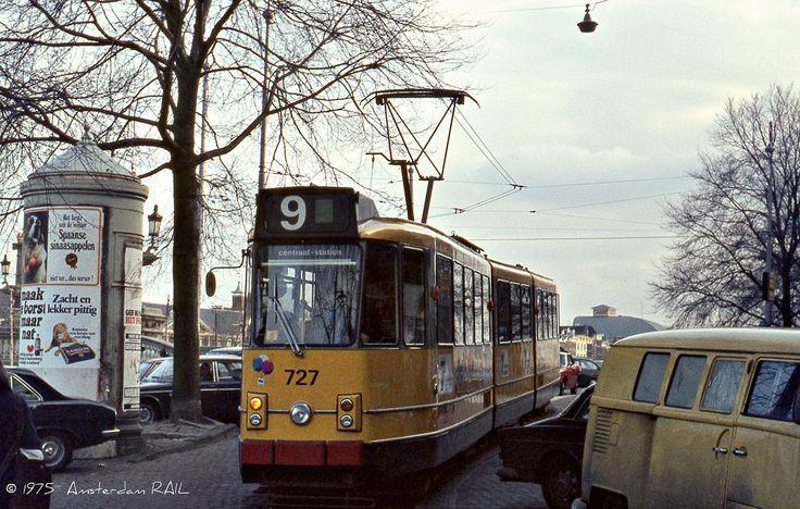 Laatst vernam ik dat iemand zich had laten ontvallen dat hij in Amsterdam nog de gele tram had meegemaakt. Zou diegene ook weten dat de gele tram nog langs de Amstel heeft gereden en dat je toen nog oude VW-busjes had (ook geel) die tegenwoordig een klein fortuin waard zijn?  De nog jonge GVB 727, komend van eindpunt Watergraafsmeer heeft zojuist de Blauwbrug verlaten om langs de Amstel naar de Munt te rijden, op weg naar het Centraal Station. In 1985 hield dit traject op te bestaan…