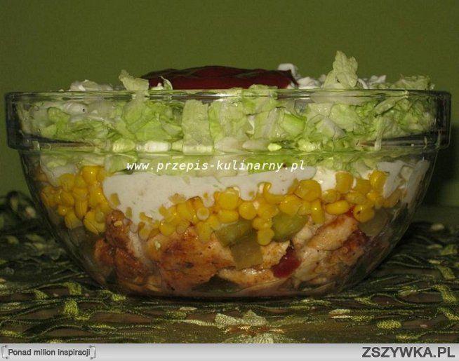 Zobacz zdjęcie Sałatka Gyros. 1 pierś z kurczka, kapusta pekińska, puszka kukurydzy, ogórki konserwowe, cebula, majonez, przyprawa do gyrosa,  jogurt naturalny,  ketchup, sos sałatkowy koperkowo-ziołowy.  Kurczaka pokroić w niewielką kostkę, przyprawić przyprawą do gyrosa i usmażyć na oleju lub oliwie. W naczyniu układać warstwami - kurczak, pokrojony w kostkę ogórek, cebulka, kukurydza. Z jogurtu naturalnego, 2 łyżek majonezu i odrobiny ketchupu zrobić sos i zalać sałatkę. Następnie…