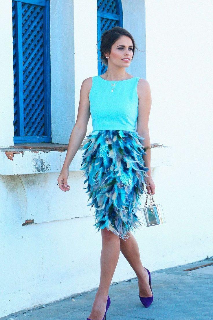 Preciosa Jessie Chanes (Seams for a desire) con vestido de plumas en color azul cielo. La falda de plumas cuenta con varias tonalidades de azul, verdes y grises. Escote en la espalda en forma de V con elegante lazada. #tiendagijon #apparentiate #vestidosboda #invitadasperfectas#bodas #boda #weddings