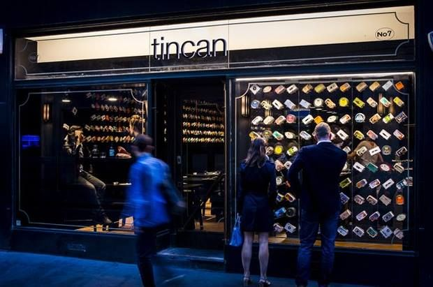 LONDRES.  Enmarcada dentro de las actividades del Festival de Diseño londinense, la arquitecto, Amanda Leven ha presentado este restaurate pop-up donde latas de pescado y marisco se presenta al público a través de un gran escaparate.