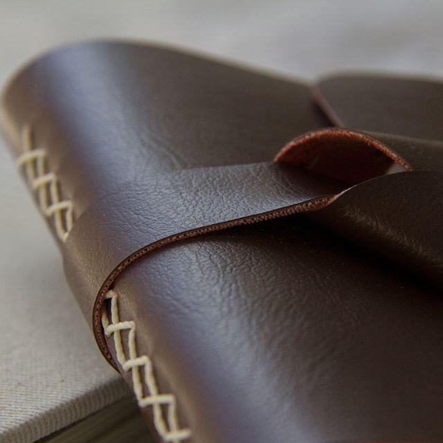 Esse couro é sintético viu, a Caderneto prefere não utilizar materiais de origem animal. #veganleather #crueltyfree #leatherbook #bookbinding #handboundbook #longstich #makersmovement