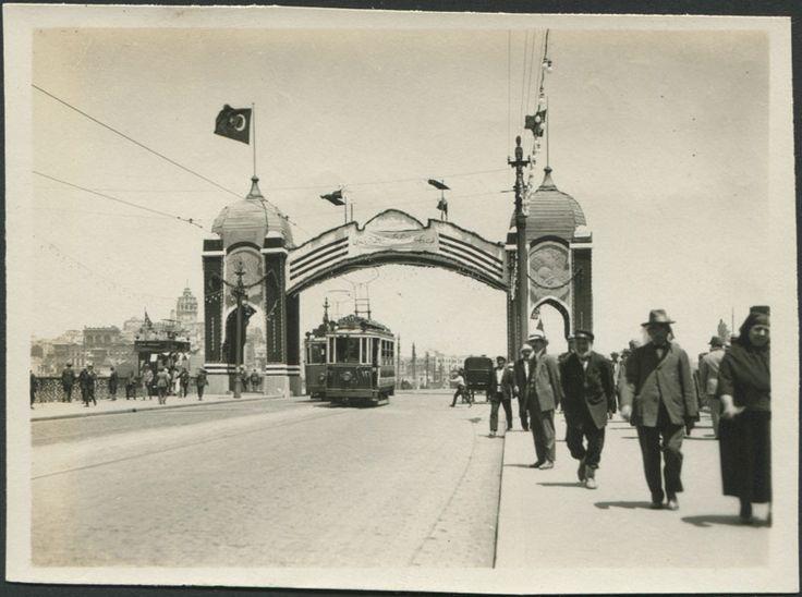 Galata köprüsü üzerinde tak. 1920 ler.
