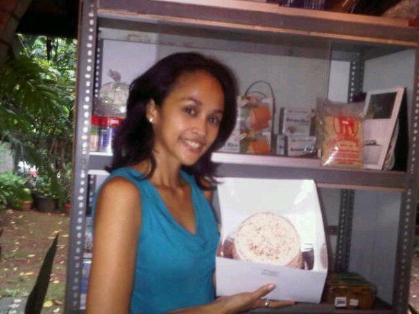 Melly Manuhutu loves her Rainbow Cake ^_^