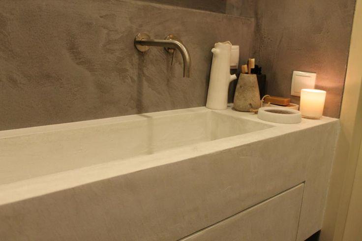 Niet alleen de niskast, maar ook het wastafelmeubel in de Uithoornse badkamer hebben we zelf gemaakt. En hier vind je de werkbeschrijving!