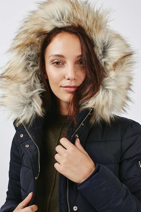 A cold weather essential, you can't go wrong with a classic Topshop puffa jacket. Comes with a faux fur trimmed hood and linear quilting detail. Wear with a cosy jumper and ripped jeans for a cool and casual look. #Topshop