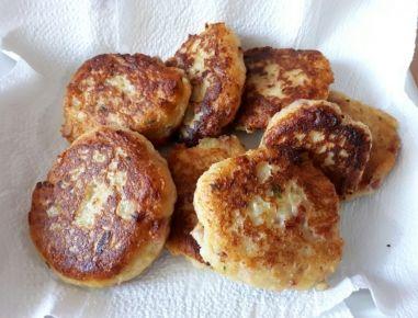 Für die Kartoffellaibchen Kartoffeln kochen, schälen und anschließend sofort pressen. Geselchtes oder Speck in kleine Würfel schneiden, Petersilie