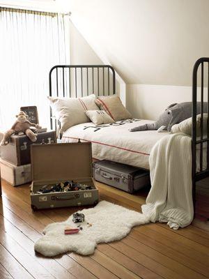 Koffers als opbergbakken in slaapkamer!!