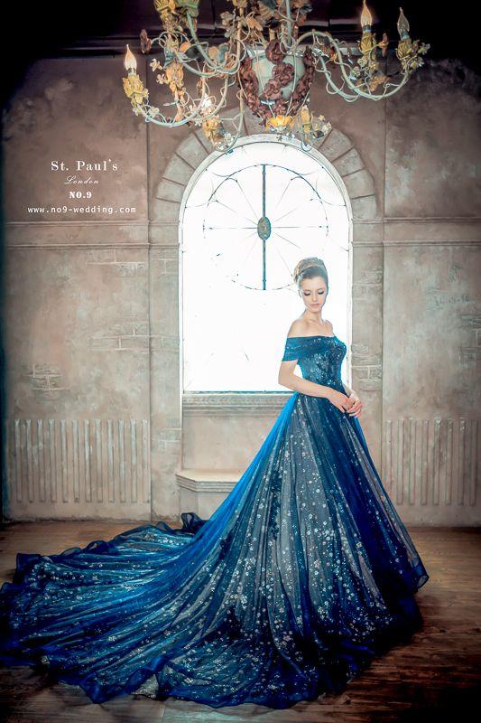 【NO.9獨家禮服 -St.Paul's星紗藍晚禮服】 令人屏息的完美就是如此吧!!! 搭配公主式的一字領優雅 撒下神秘藍與星亮紗的完美結合 使新娘自然散發古典優雅的浪漫氣息♡♡ St. Paul's高級訂製禮服的獨特, 為幸福中的女孩性感打造, 從腰際曲線到身形比例都精量設計與剪裁 就是要東方女生也可以體驗到歐美時尚的漂亮婚紗喔!