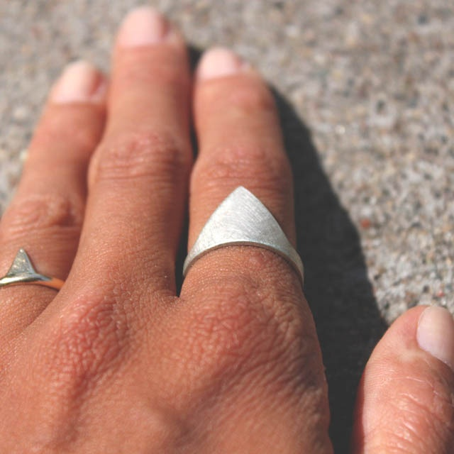 Mountain Range Ring, Annika KaplanRings Shipandshapecom, Ships Shape Com, Rings Mountain, Mountain Range, Pretty Things, Range Rings, Mountain Rings, Geometric Shape, Rings Annikakaplan