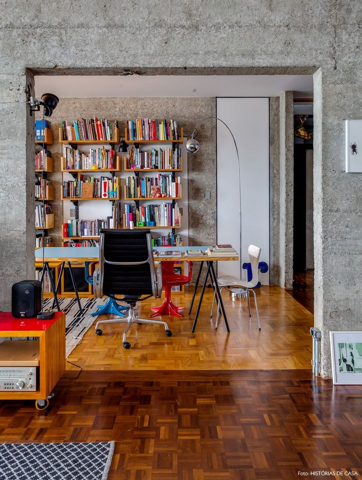 Um apartamento integrado em um dos prédios mais famosos de São Paulo, o Edifício Copan. Confira uma decoração com muito concreto e cores pontuais.