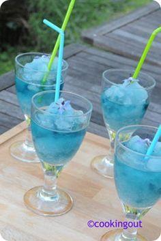 Cocktail san 50 cl de jus de pamplemousse     50 cl de Schweppes     3 cuillères à soupe de sirop de menthe     6 glaçons alcool bleu