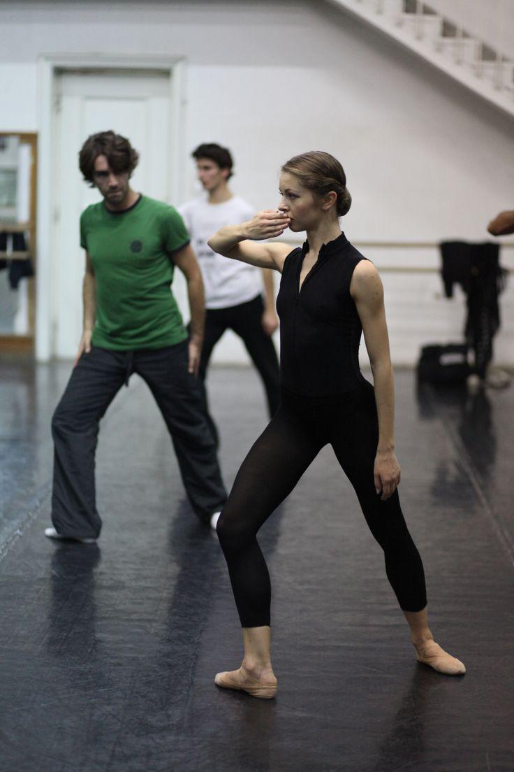 Edward Clug (coregraf/choreographer), Bogdan Cănilă (în spate/in the back) & Bianca Fota - scenă din repetiții / rehersals scene