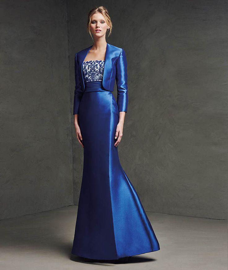 Un color muy favorecedor en este vestido largo de corte sirena y que se acompaña de una chaqueta