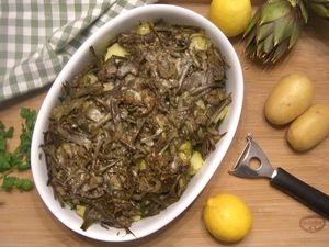 Il gratin di carciofi e patate è un contorno semplice ma molto gustoso che si presta bene ad accompagnare qualsiasi tipo di carne.
