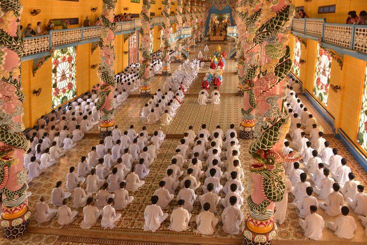https://flic.kr/p/k5txtr | _DSC3151 a | Cao Dai Temple - ceremony at noon   Cao Dai est la troisième religion du Vietnam. Elle a été fondée dans les années vin Cao Dai
