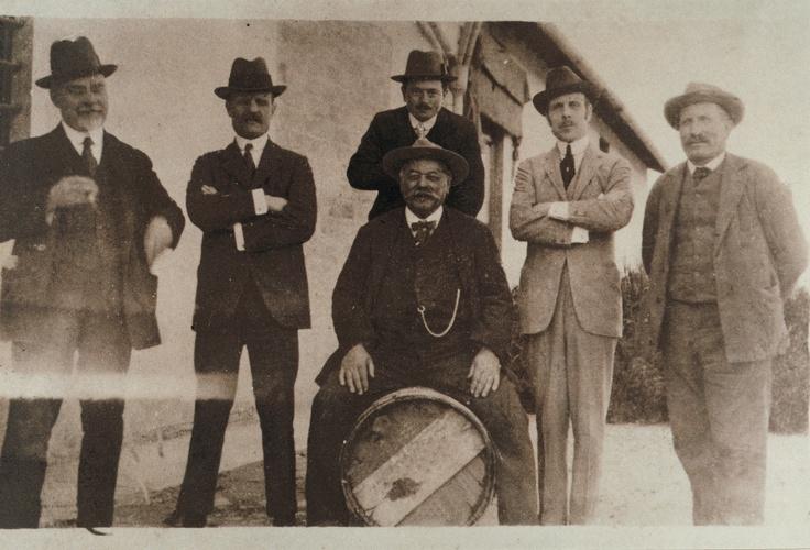 I marchesi Piero e Lodovico Antinori con il signor Guerrini e tre cantinieri presso la Cantina di San Casciano Val di pesa 1910
