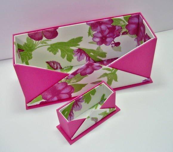 Porta-correspondências e expositor de cartões de visita, para organizar a sua mesa de escritório.  Confeccionado em cartonagem, com revestimento de tecido de algodão estampado e papel.  Disponível para pronta-entrega.