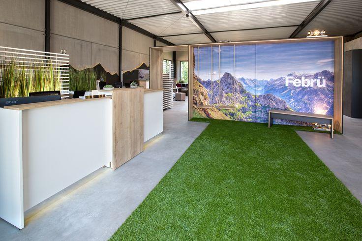 Greenery - frisches Grün wirkt im Empfangsbereich modern und einladend. Febrüs Fashion Green Serie schafft natürliche Akzente und macht hohe Räume wohnlicher.