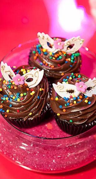 Entrando no clima de carnaval, o cupcake ganha confetes festivos e enfeites de máscaras.
