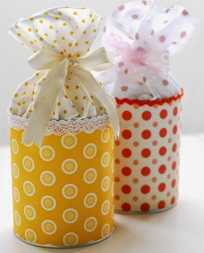 Latas recicladas para souvenir de cumpleaños Materiales: Una lata vacía, puede ser de cacao,leche en polvo o la que puedan conseguir. Encaje Papel, que no sea muy rígido, puede ser un papel de seda estampado. Tela 1-Lo primero que hacemos es pegar el papel estampado en la lata 2-Pegamos el encaje en la parte superior de la lata,3-Ponemos la tela adentro de la lata.4-Ponemos las golosinas que hayamos elegido adentro de la tela, cerramos y atamos.