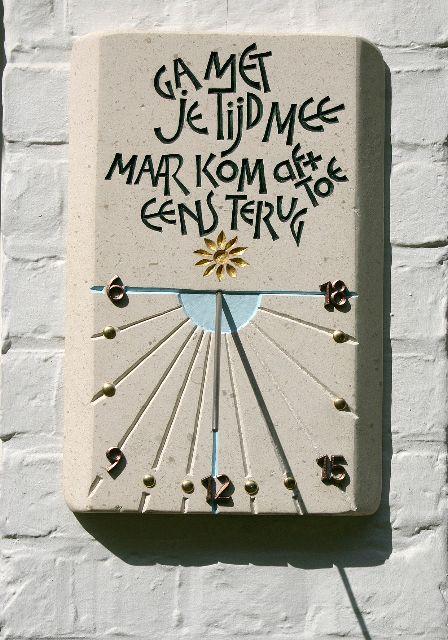 Letters in steen. Zonnewijzer, eigen ontwerp en kapwerk.