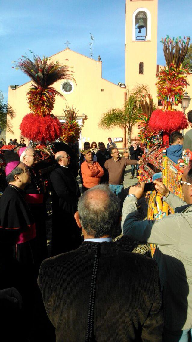 I tradizionali carretti siciliani uniti alla sacralita' del santuario:questa e' partinico