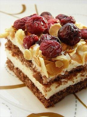 Bardzo proste ciasto :) Ciasto: 1 szklanka mąki 1 szklanka cukru 3 jajka 100 g mlecznej czekolady 1 łyżeczka proszku do pieczenia Krem: 2 budynie waniliowe 3