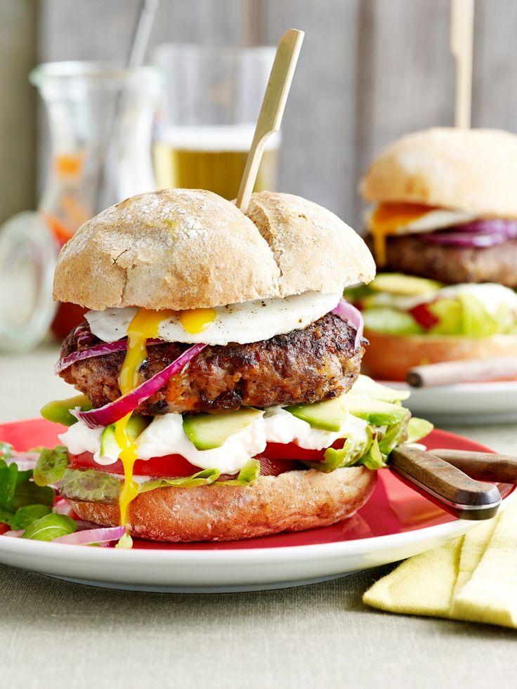 Hamburgers met spiegelei, avocado en zure room - Libelle Lekker