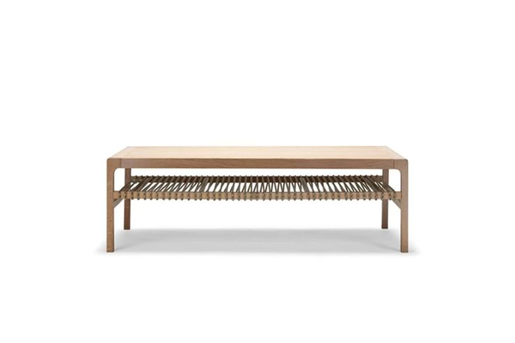 Et sofabord med pen design som gir oppbevaringsplass under bordplaten. Formen og materialene er klassiske, men de fargede snorene gir String en urban vri.