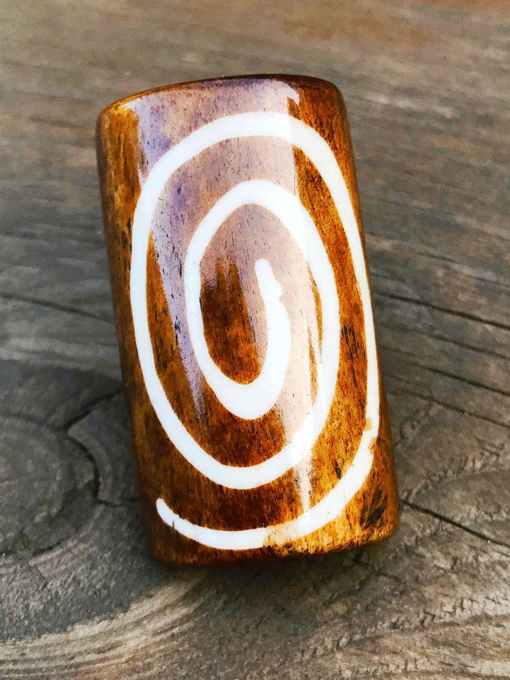 Jolies et originales, découvrez Grande Bague en Os Symbol Sun véritable de KNB, issues du Commerce Equitable !    Taille : 55 taille française
