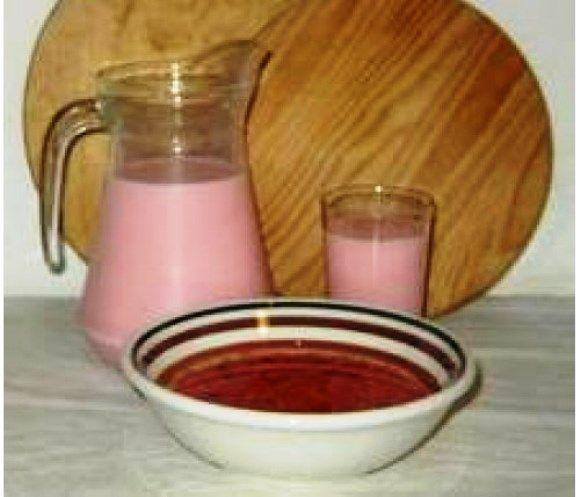 Niks is lekkerder van een glas koude Dawet. Dawet is van origine een Indonesisch drankje en is door de Javanen naar Suriname gebracht. In Indonesië is dawet groen. Benodigdheden: - 2 kokosnoten - beetje zout (mespunt) - halve kilo suiker - 3 sprietjes...