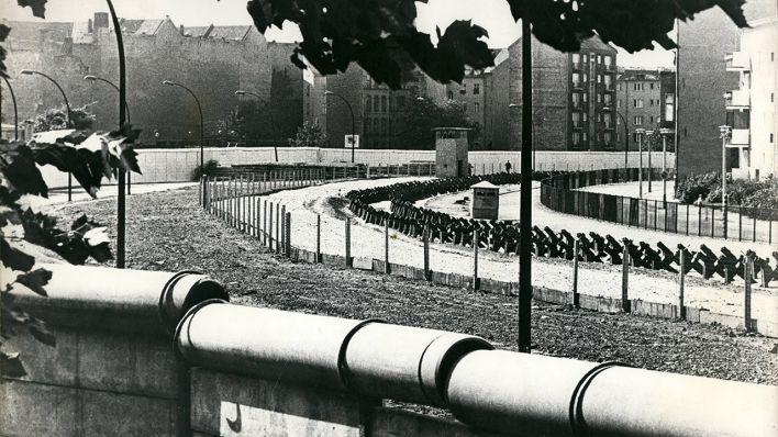 BERLIN 1968. Die Mauer und der Todesstreifen in der Nähe des Bethaniendamms trennen in Kreuzberg Berlin-West und Berlin-Ost. (Quelle: imago)