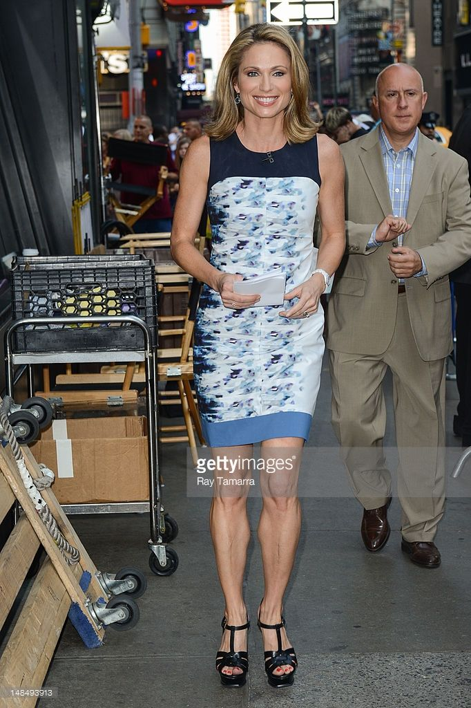 """ТВ личности Эми Robach входит лентой """"Доброе утро, Америка"""" на ABC Times Square Studios 17 июля 2012 года в Нью-Йорке."""